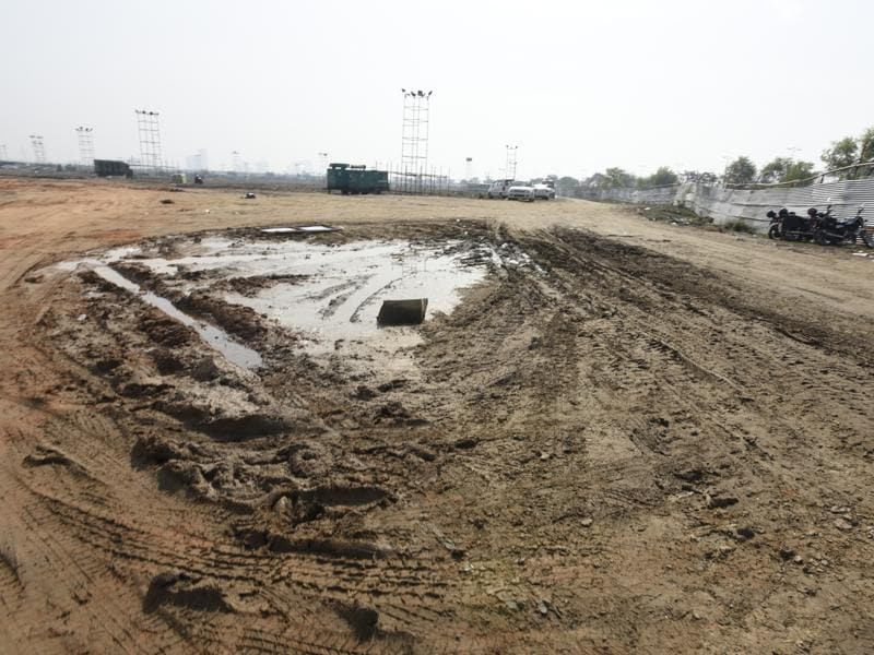 The muddy grounds that people had to walk through to reach the venue. (Sonu Mehta/HT Photo)