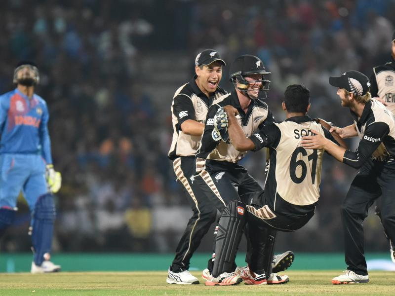 New Zealand players congratulate Ish Sodhi, who pulled off a great catch to dismiss Ravindra Jadeja. (Pratham Gokhale/HT Photo)