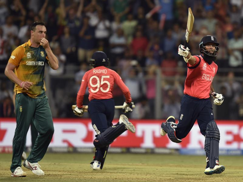 Moeen Ali raises his bat in celebration after scoring the winning run. (Anshuman Poyrekar/HT Photo)