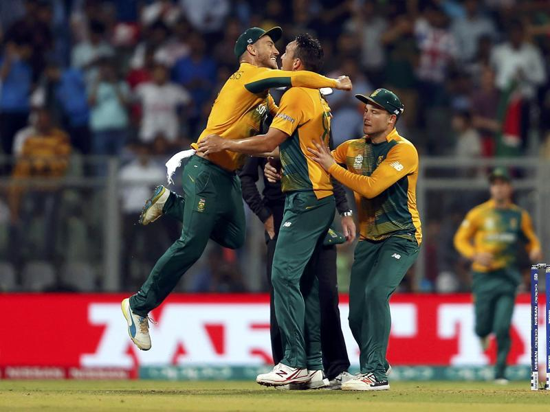 South Africa's Kyle Abbott (C) is congratulated by his teammates after taking the wicket of England's Jason Roy. (REUTERS)