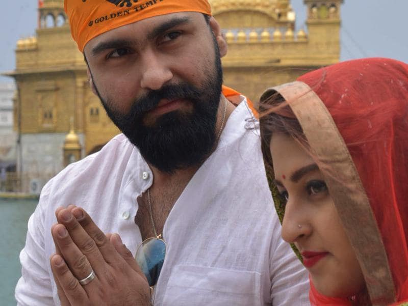 Aarya Babbar and his wife Jasmine Puri visited the Golden Temple in Amritsar on March 17, 2016.  (AFP)