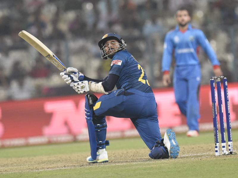 Dilshan plays his trademark 'Dil scoop' shot for a six. (Subhendu Ghosh/HT Photo)