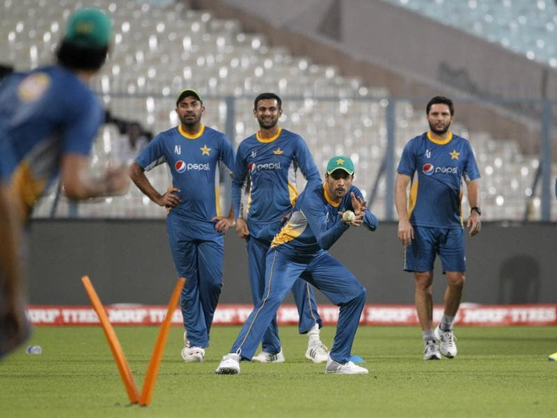 Watched by team mates, Pakistan's Mohammad Amir, third right, practices taking catches. (AP)