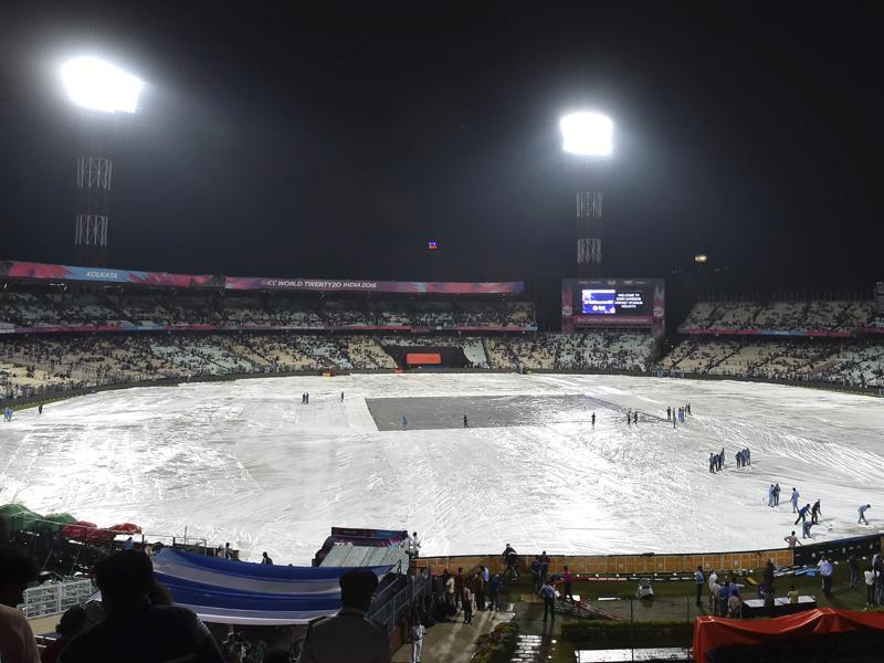 Ground staff working on the ground after heavy rain before India-Pakistan match at Eden Gardens. (Ajay Aggarwal/HT PHoto)