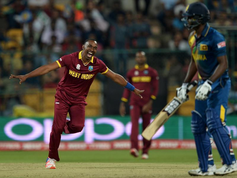 West Indies bowler Dwayne Bravo (L) celebrates the wicket of Sri Lankan batsman Angelo Mathews (R). (AFP photo)