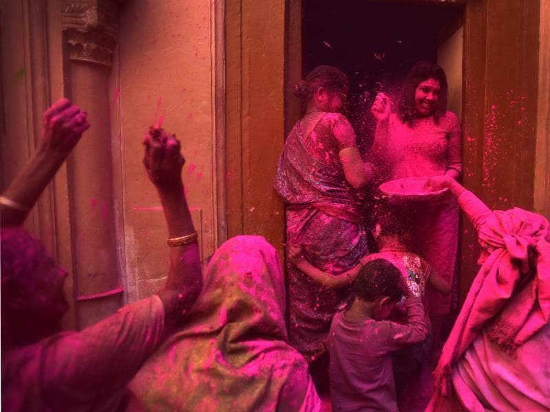 NGO workers celebrate Holi  with Widows at Gopinath Temple.  (Ajay Aggarwal/HT Photo)