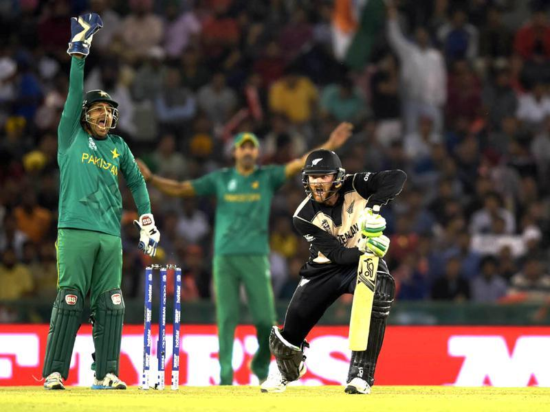 Martin Guptill of New Zealand play a shot against Pakistan.  (Ravi Kumar/HT Photo)
