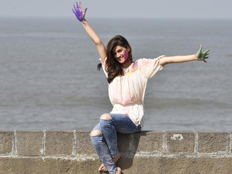 Kriti Sanon poses for Holi special shoot at Bandra Fort. (Vidya Subramanian/HT photo)