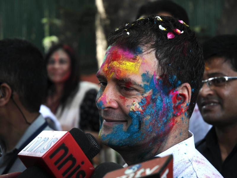 Congress vice-president Rahul Gandhi celebrates Holi with party workers at AICC HQ in New Delhi. (HT Photo)