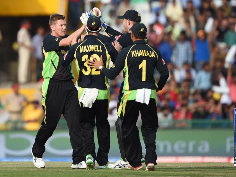 Australia's James Faulkner (L) celebrates with teammates after bowling out Pakistan's Sharjeel Khan. (AFP photo)