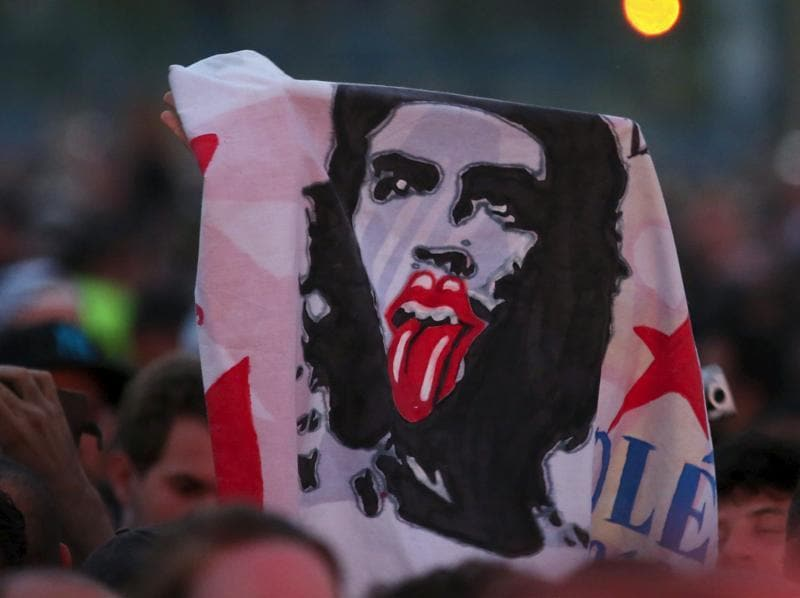 Fans hold an image of late revolutionary hero Ernesto