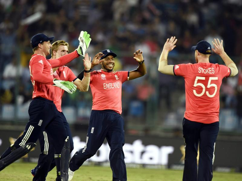England team members celebrate the dismissal of Sri Lanka's Chamara Kapugedera. (Sanjeev Verma/HT Photo)