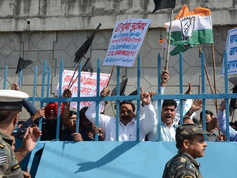 Congress party  workers protest against team of Pakistani investigators. (HT Photo)
