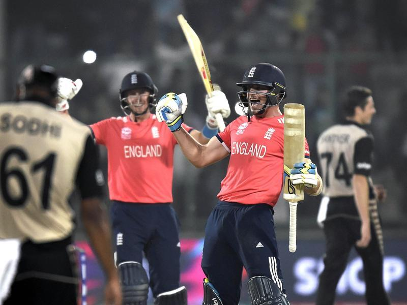 Joe Root and Jos Buttler rush to congratulate each other after the win. (Ajay Aggarwal/HT Photo)