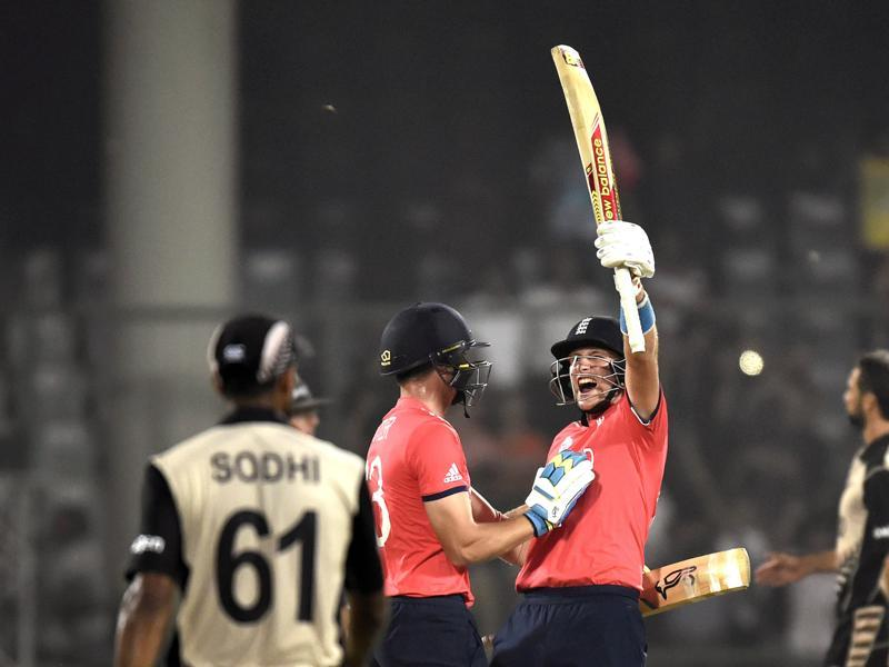 Joe Root and Jos Buttler celebrate the victory. (Ajay Aggarwal/HT Photo)