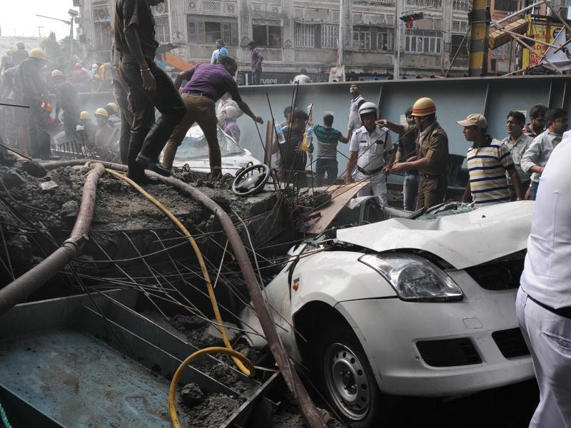 Rescue personnel search among the debris to free those trapped under the flyover after it collapsed, in Kolkata. (Subhankar Chakraborty/HT Photo)