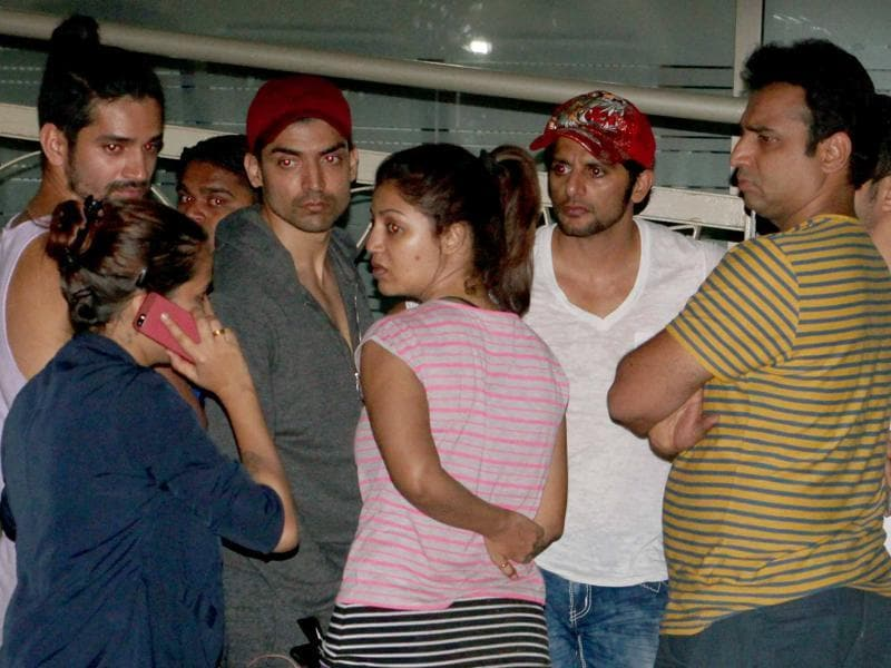 Actors and producers gather outside the hospital on hearing the news of Pratyusha's death. (HT Photo/Yogen Shah)