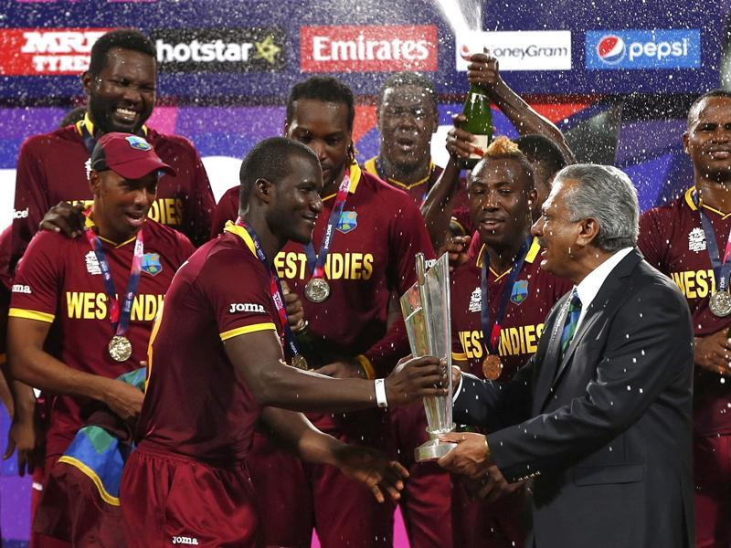 West Indies captain Darren Sammy  receives the trophy from Zaheer Abbas. (Reuters Photo)