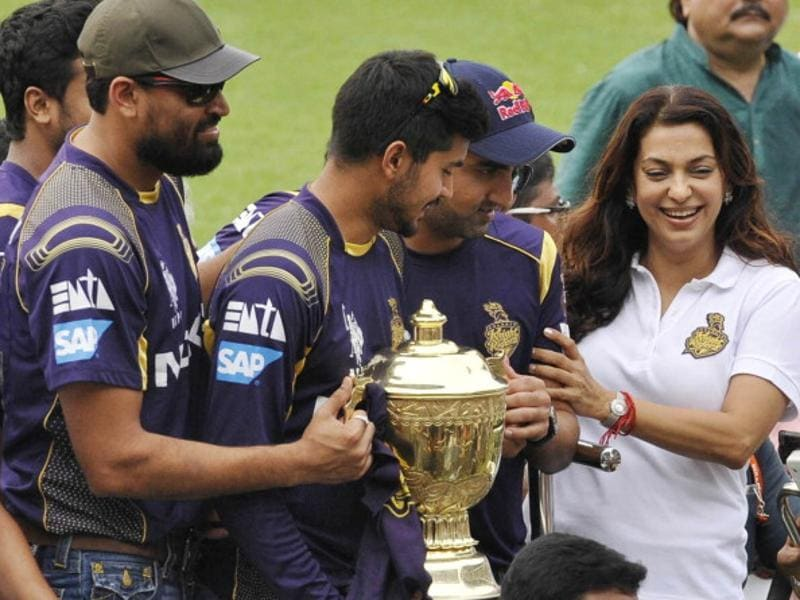 Kolkata Knight Riders team members hold the trophy with co-owner Juhi Chawla after winning the 2014 edition of the IPL. (Subhankar Chakraborty/HT Photo)