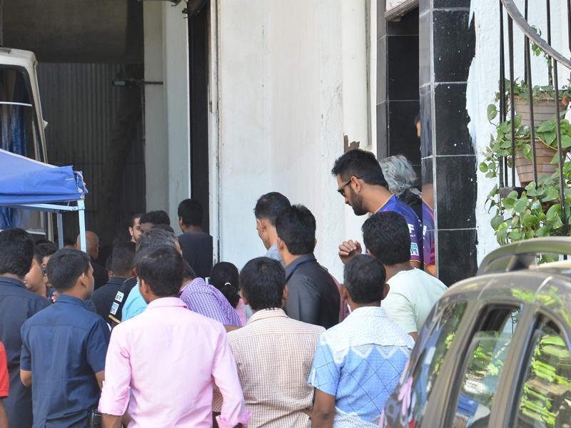 Dhoni seen leaving after the shooting of the ad.  (Viral Bhayani/HT photo)