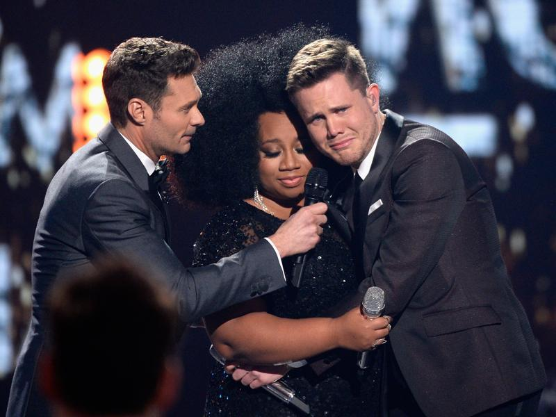 Season 15 winner Trent , host Ryan Seacrest and finalist La'Porsha share an emotional moment during the finale on April 7, 2016. (AFP)