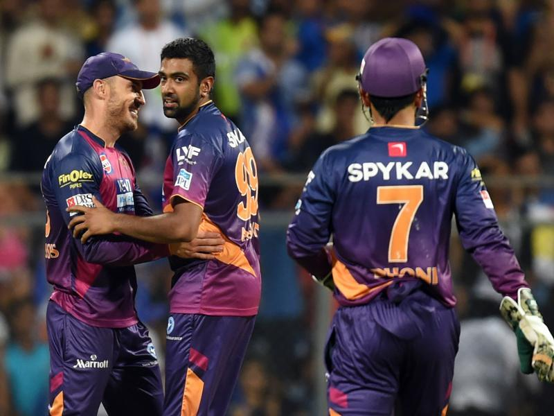 Rising Pune Supergiants R Ashwin with his team mates celebrates the wicket of Mumbai Indians. (Kunal Patil/HT Photo)