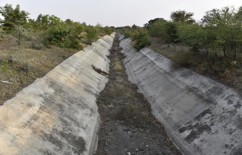Dried canals of the Manjara Dam Project ,Dhanegaon which comes under Beed and Usmanabad and supplies 9 nearby regions, from where Latur gets its water supply. (Anshuman Poyrekar/HT Photo)