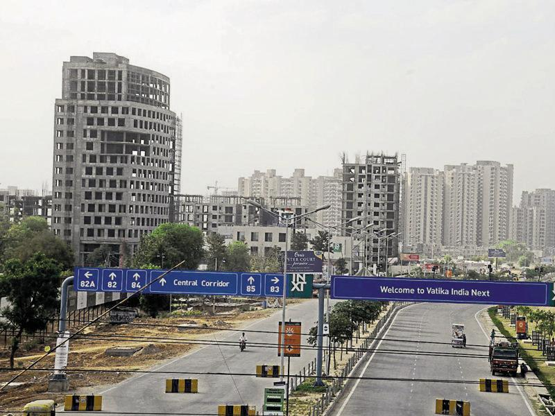 The real estate in Manesar has been hit by frequent jams at the Kherki Daula toll plaza. Realtors say not many buyers are interested in investing in the area.  (Parveen Kumar/HT Photo)