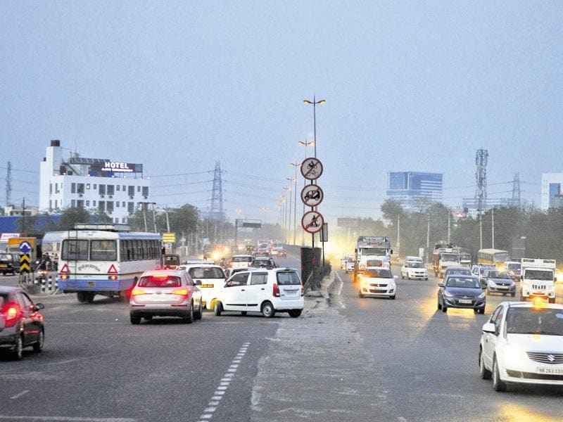 A faulty U-turn ahead of Kherki Daula toll plaza on the Gurgaon side adds to the chaos. Vehicles taking a turn here often come in the way of traffic.  (Abhinav Saha/HT Photo)