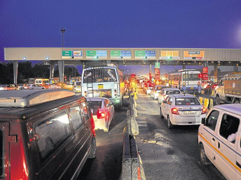 In the absence of separate lanes for commercial and private vehicles, commuters get stuck in long queues. (Abhinav Saha/HT Photo)