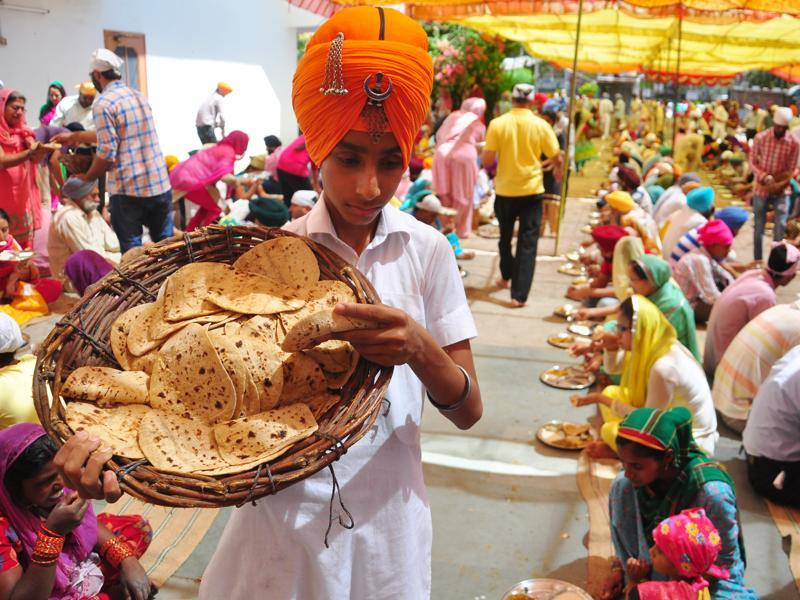 Langar being distributed at a gurdwara on Wednesday. (HT Photo)