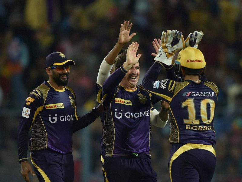 Kolkata Knight Riders' Brad Hogg celebrates with teammates after running out Parthiv Patel. (PTI)