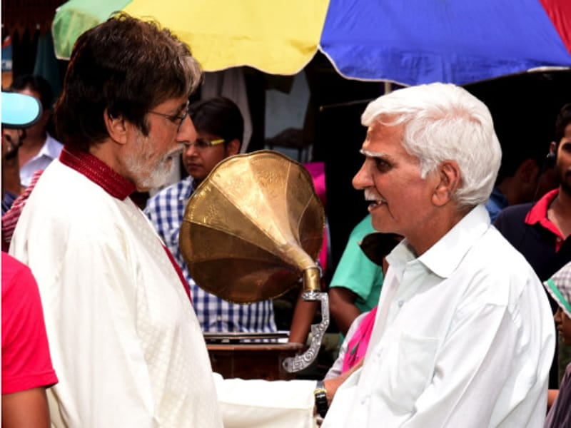 He also met a junior artist he had known since the time of his introduction into films. (Big B's blog)