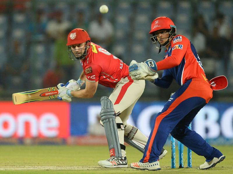 Shaun Marsh (L)plays a shot watched by Delhi wicketkeeper Quinton de Kock. (AFP)