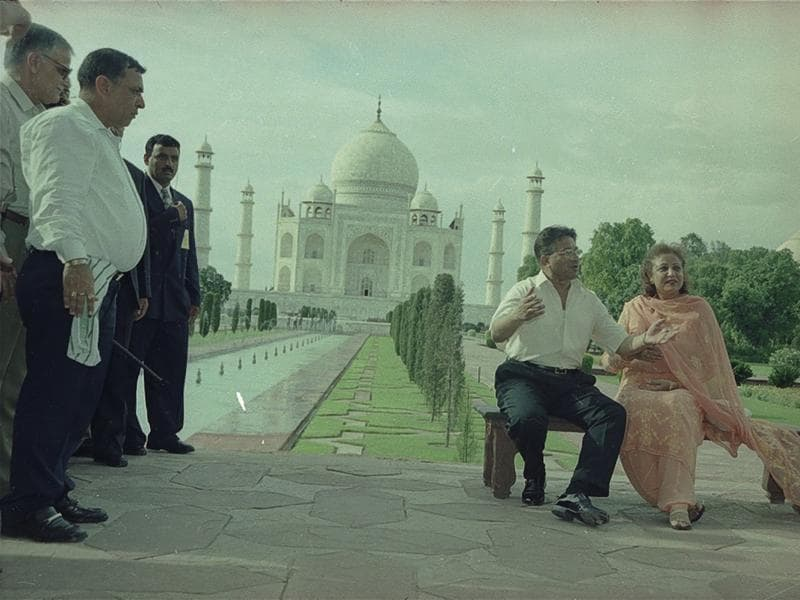 Pakistan's Pervez Musharraf couldn't stop himself from marvelling at the beauty of Taj Mahal. (HT ARCHIVES)