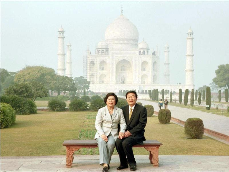 Premier of China, Zhu Rongji with his wife Lao an, during their visit to Agra in 2001. (HT ARCHIVES)