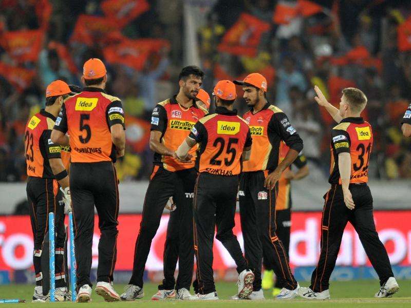 Sunrisers Hyderabad bowler Barinder Sran(C)celebrates with teammates. (AFP Photo)