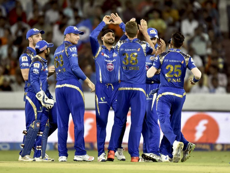 Team members of Mumbai Indians celebrates the wicket of Sunrisers Hyderabad batsman Shikhar Dhawan. (Mohd Zakir/HT Photo)