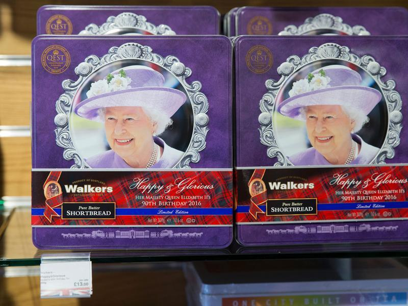 Biscuit tins celebrating the birthday of Britain's Queen Elizabeth II are on sale at a gift shop in Windsor on April 20, 2016.  (AFP Photo)