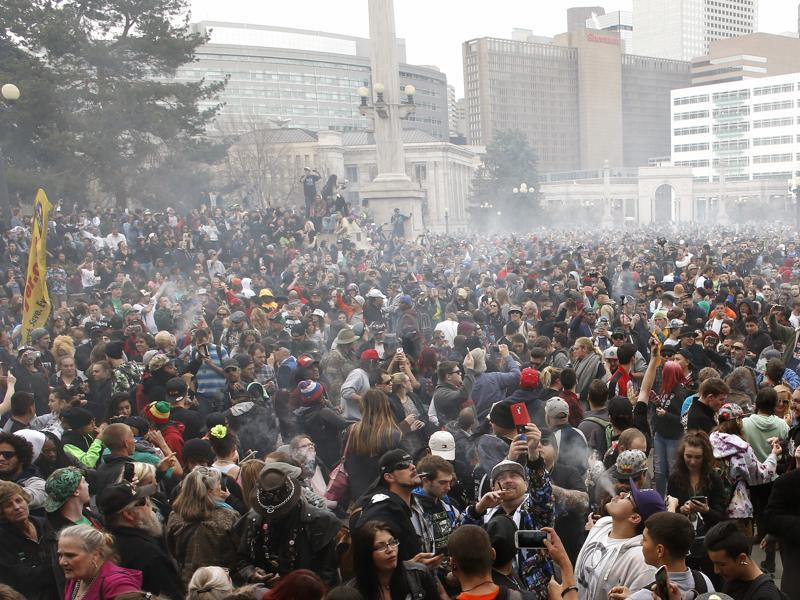 A gathered crowd smokes marijuana en masse during the annual 4/20 marijuana gathering at Civic Center Park in downtown Denver, Wednesday, April 20, 2016.  (AP Photo)