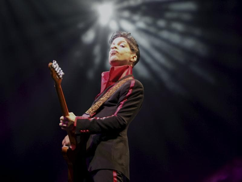 Prince performs in Abu Dhabi, United Arab Emirates, November 14, 2010.  (REUTERS)