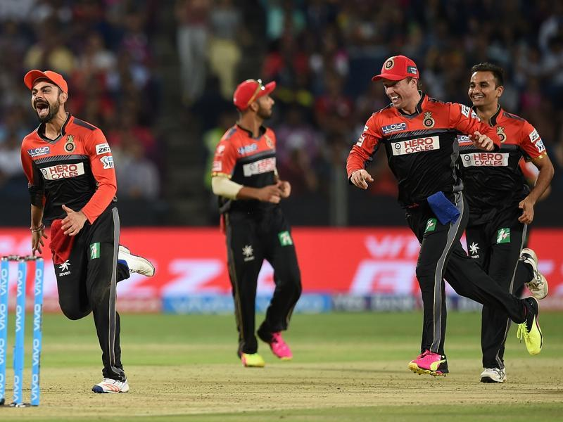 Royal Challengers Bangalore captain Virat Kohli (L) celebrates with teammates after the wicket of Rising Pune Supergiants batsman Steven Smith. (AFP Photo)