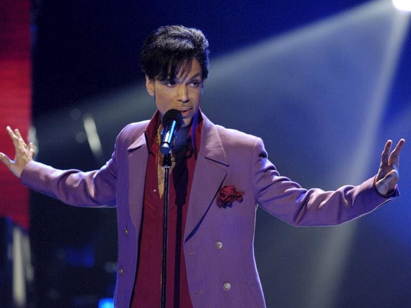 Prince makes a surprise appearance on the American Idol TV show finale in Hollywood, Los Angeles, US, May 24, 2006.  (REUTERS)