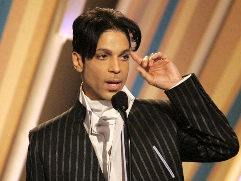 Prince accepts his award for best male R&B artist at the 2006 BET Awards at the Shrine Auditorium in Los Angeles, US, June 27, 2006.  (REUTERS)