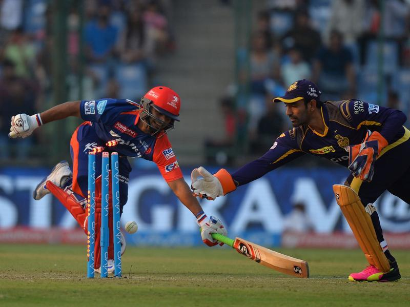 Rishabh Pant (L) is run out by Robin Uthappa on the last ball of the innings.  (AFP)