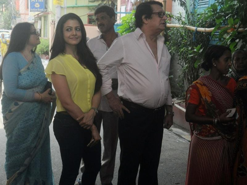 Koel Mallick with her parents Ranjit and Deepa Mallick queue up to cast their votes at a polling booth. (IANS)