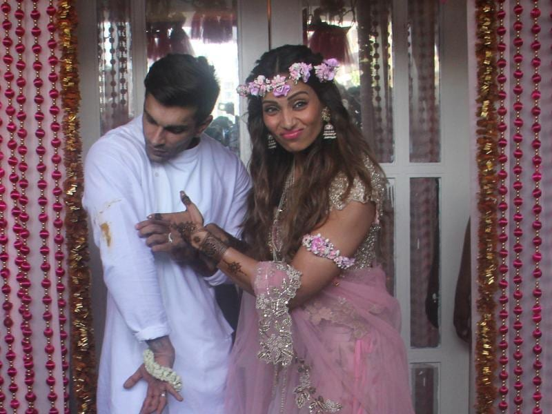 A little mess is to be expected when you are having a good time. Bipasha points out a mehendi stain on groom Karan's kurta.  (HT Photo)