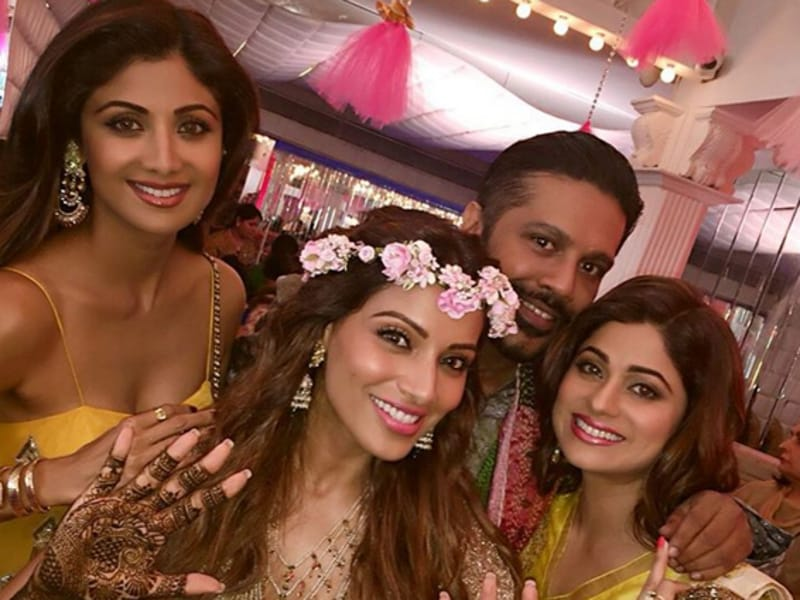 Bipasha's mehendi was attended by family and close friends like Rocky S, Shilpa and Shamita Shetty among others. (Instagram)