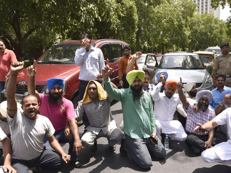 Cab drivers blocked traffic on Ashoka Road near Parliament a day after the ban on their diesel vehicles. (Arvind Yadav/HT Photo )