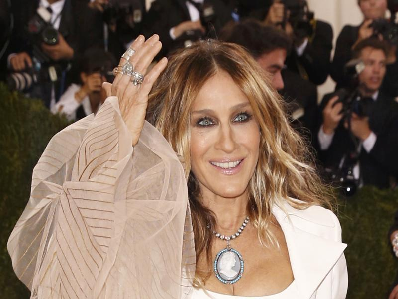 Actress Sarah Jessica Parker did away with her fave, a headpiece, for a comparitively fuss-free outfit this year. (REUTERS)